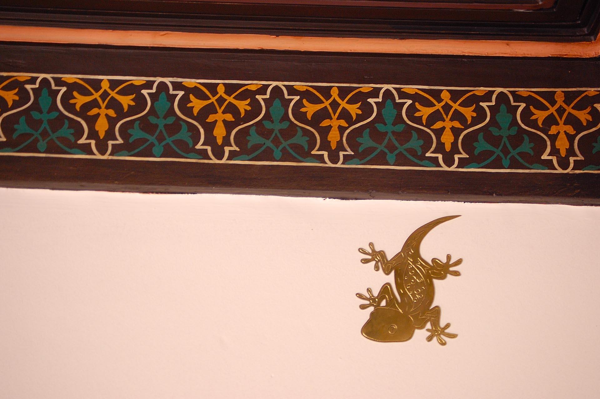 Decorative bronze gecko